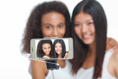Amis de sourire faisant le selfie Photo libre de droits