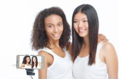 Amis de sourire faisant le selfie Images stock