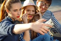 Amis de sourire faisant le selfie dehors Photographie stock