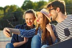 Amis de sourire faisant le selfie dehors Image libre de droits
