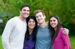Amis de sourire heureux ensemble Photo stock