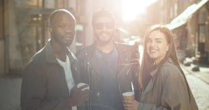 Amis de sourire heureux de Multirace banque de vidéos