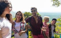 Amis de sourire heureux de point de Mountain View de groupe des jeunes parlant l'été asiatique de vacances Images libres de droits