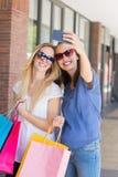 Amis de sourire heureux prenant un selfie Photo libre de droits