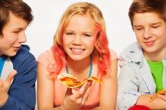 Amis de sourire heureux tenant des morceaux de pizza Image libre de droits