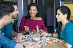 Amis de sourire mangeant ensemble Image stock