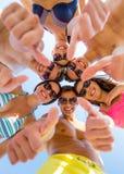Amis de sourire montrant des pouces dans le cercle Images libres de droits