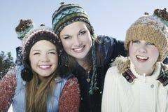 Amis de sourire portant les vêtements chauds en hiver Photos stock