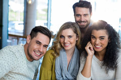 Amis de sourire posant dans le café Image libre de droits