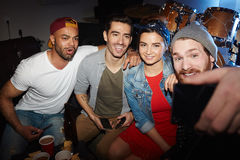 Amis de sourire posant pour Selfie dans la boîte de nuit Photo libre de droits