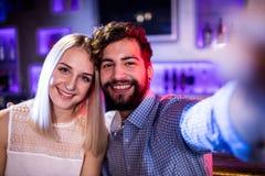 Amis de sourire posant pour un selfie Photo stock