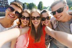 Amis de sourire prenant le selfie Images stock