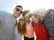 Amis de sourire prenant le selfie Photos stock