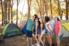 Amis de sourire prenant le selfie au terrain de camping Photo libre de droits