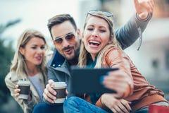 Amis de sourire prenant le selfie avec le comprimé numérique Photo libre de droits