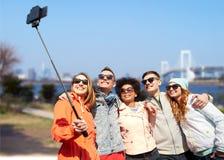 Amis de sourire prenant le selfie avec le smartphone Photo libre de droits