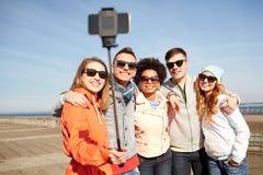 Amis de sourire prenant le selfie avec le smartphone Image libre de droits