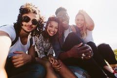 Amis de sourire prenant le selfie des vacances Image libre de droits
