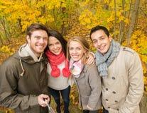Amis de sourire prenant le selfie en parc d'automne Image libre de droits