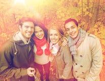 Amis de sourire prenant le selfie en parc d'automne Image stock