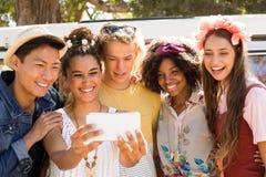 Amis de sourire prenant le selfie le jour ensoleillé Photos libres de droits