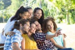 Amis de sourire prenant un selfie Photographie stock libre de droits