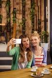 Amis de sourire prenant un selfie Photos libres de droits