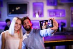 Amis de sourire prenant un selfie de téléphone portable Images libres de droits