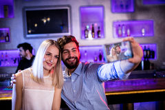 Amis de sourire prenant un selfie de téléphone portable Image stock