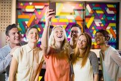 Amis de sourire prenant un selfie de téléphone portable Photographie stock libre de droits