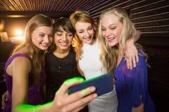 Amis de sourire prenant un selfie de téléphone portable Image libre de droits