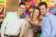 Amis de sourire prenant un selfie de téléphone portable Photographie stock
