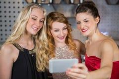 Amis de sourire prenant un selfie de téléphone portable Photo libre de droits