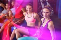 Amis de sourire s'asseyant sur la boule d'exercice Photos libres de droits