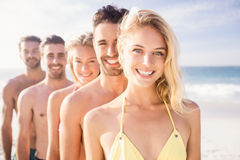 Amis de sourire se tenant dans la ligne Photographie stock libre de droits