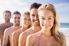 Amis de sourire se tenant dans la ligne Photo stock