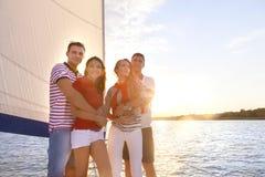 Amis de sourire sur la plate-forme et la salutation de yacht Photos libres de droits