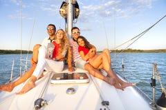 Amis de sourire sur la plate-forme et la salutation de yacht Photo libre de droits