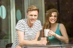 Amis de sourire tenant la tasse de café Photos stock
