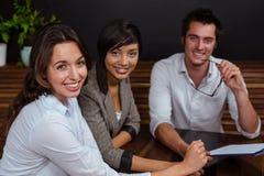 Amis de sourire tenant le menu Image libre de droits