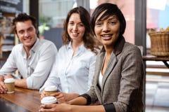 Amis de sourire tenant une tasse de café Image libre de droits