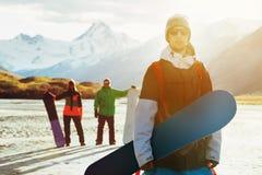 Amis de surfeur faisant du surf des neiges le concept de ski Image stock