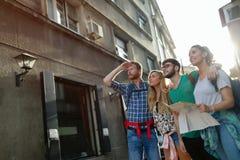 Amis de touristes découvrant la ville à pied Photos libres de droits
