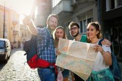 Amis de touristes découvrant la ville à pied Images stock