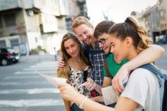 Amis de touristes découvrant la ville à pied Photographie stock libre de droits