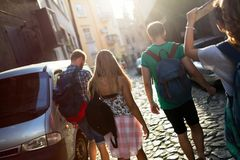 Amis de touristes découvrant la ville à pied Photo stock