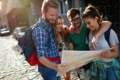 Amis de touristes découvrant la ville à pied Images libres de droits
