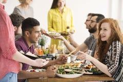 Amis de Vegan mangeant de la salade saine Photographie stock libre de droits