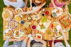 Amis de Vegan mangeant le déjeuner sain Image libre de droits