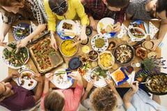 Amis de Vegan mangeant le dîner sain Photos libres de droits